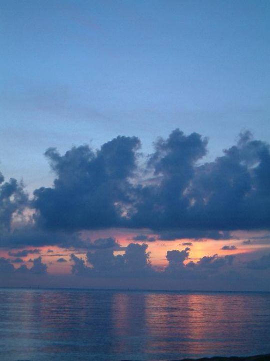 Sonnenuntergang direkt am Strand Hotel Sheraton Senggigi Lombok Beach Resort