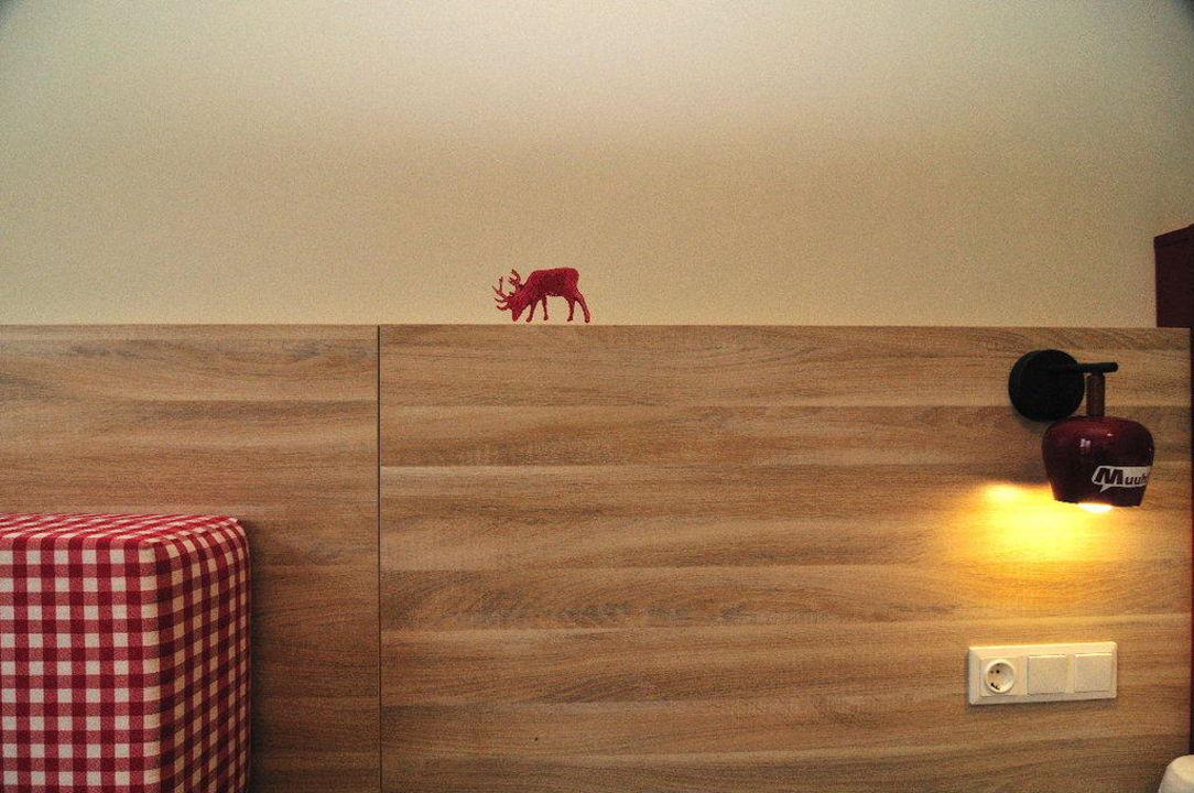 bild streetart und leseleuchte am bett zu meininger. Black Bedroom Furniture Sets. Home Design Ideas