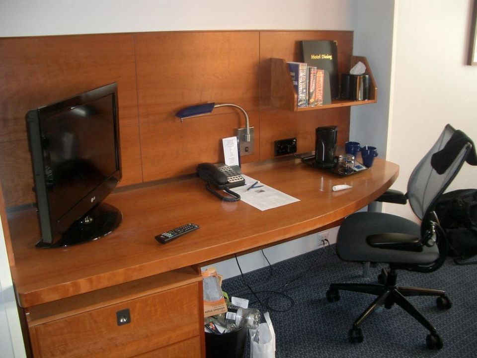 Schreibtisch mit tv club quarters hotel st paul 39 s in for Schreibtisch 2 00 m