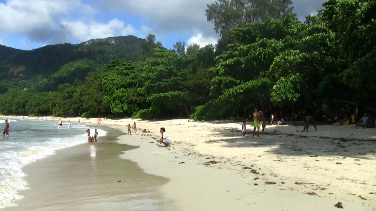 Der lange und breite Strand am Hotel Berjaya Beau Vallon Bay Resort & Casino