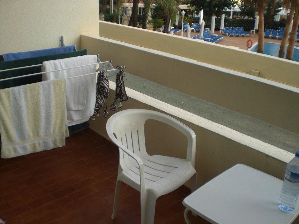 Balkon mit Stühlen und Wäscheständer\