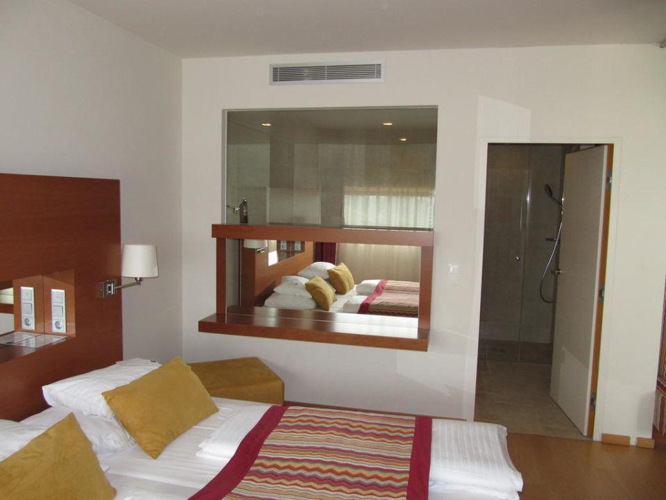Suite 203 Schlafzimmer, Blick Ins Badezimmer Falkensteiner Therme U0026 Golf  Hotel Bad Waltersdorf