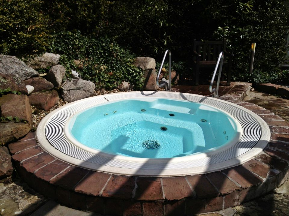 Quotwhirlpool im gartenquot lindner hotel spa binshof in for Whirlpool garten mit rollbrett pflanzkübel
