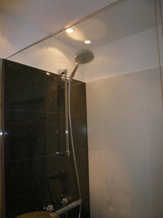 Dusche im Badezimmer\