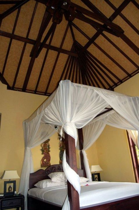 Bett mit Himmel Hotel Puri Mangga