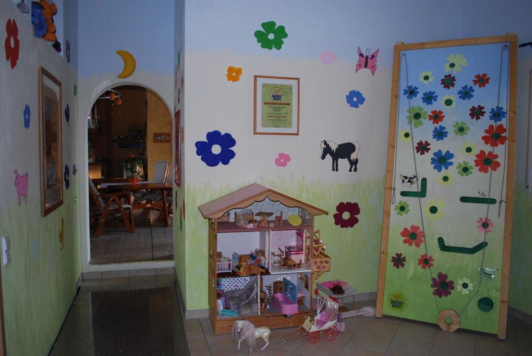 Spielzimmer mit Blick auf die Tenne Apartments Jahreszeitenhof  (geschlossen)