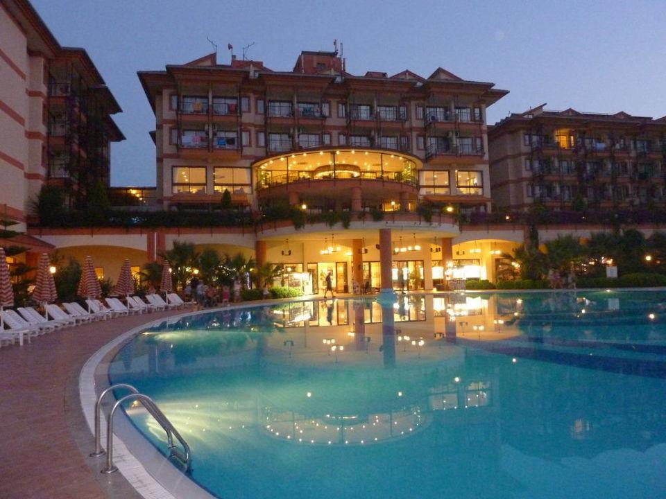 Hotel und Pool bei Nacht Adalya ArtSide