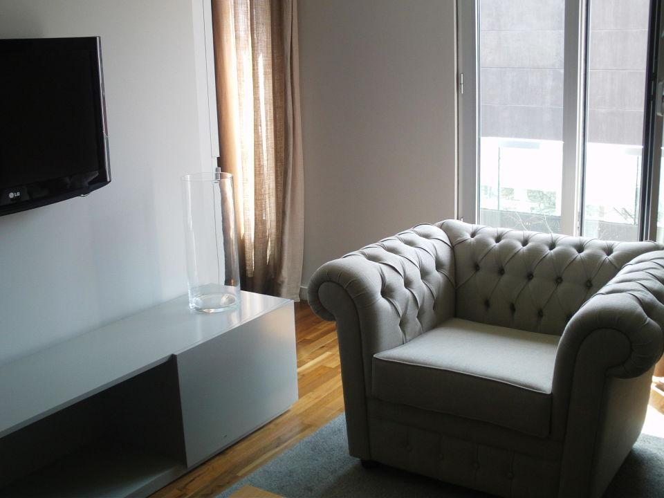 Bequemer sessel im wohnbereich mit gro em tv for Bequemer sessel
