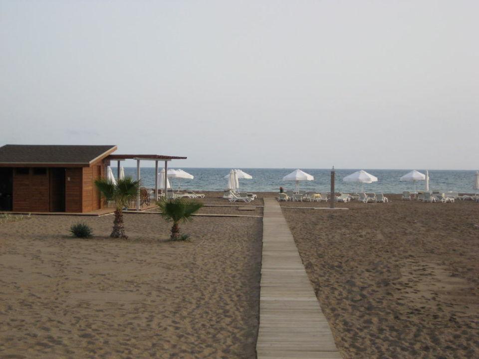 Der Strand mit den kostenlosen Liegen und Schirmen Lara Barut Collection