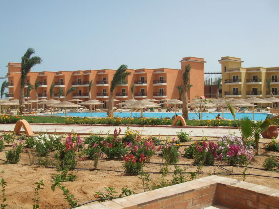 Vom Zimmer zum gegenüberliegenden Komplex Hotel The Three Corners Sunny Beach Resort