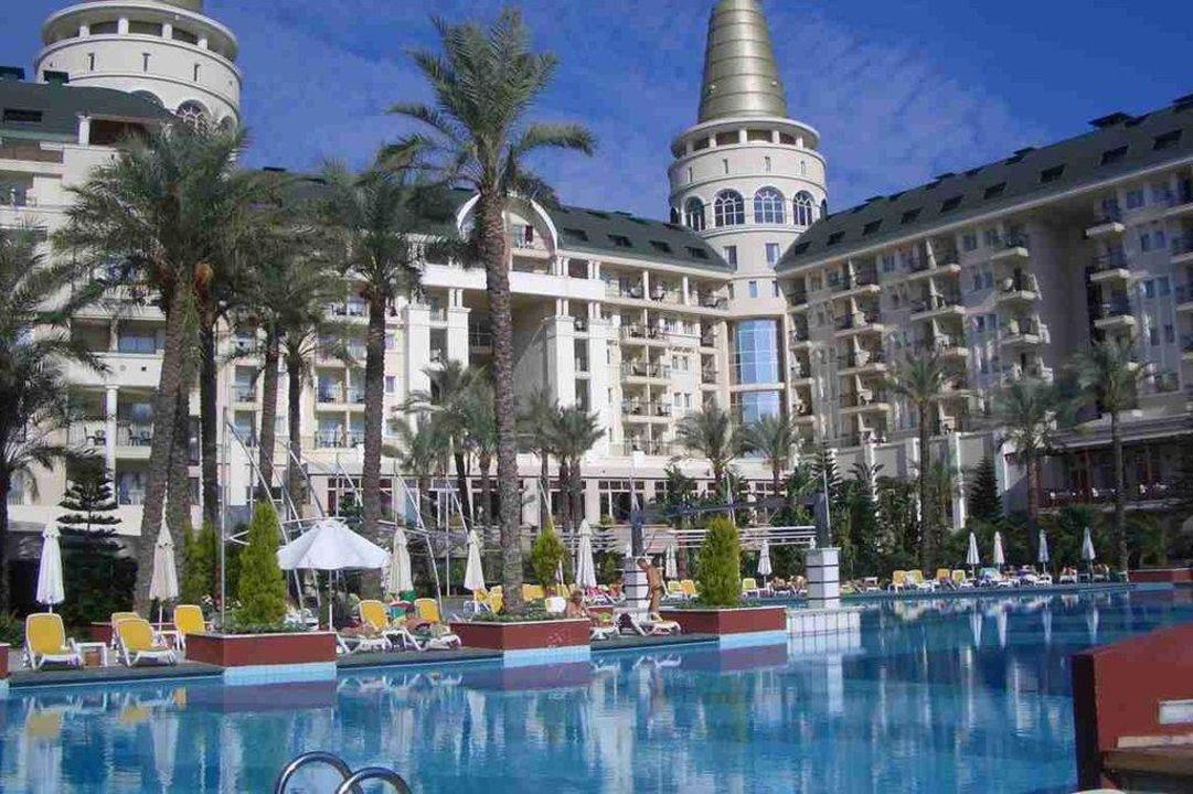 Blick über den Teil vom Pool auf das Hotel Hotel Delphin Diva