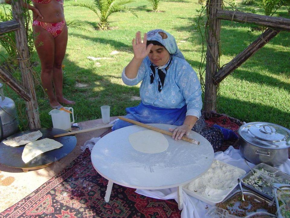 Eine Frau, die im Garten sitzt, und gemütlich Essen macht... Hotel Titan Garden