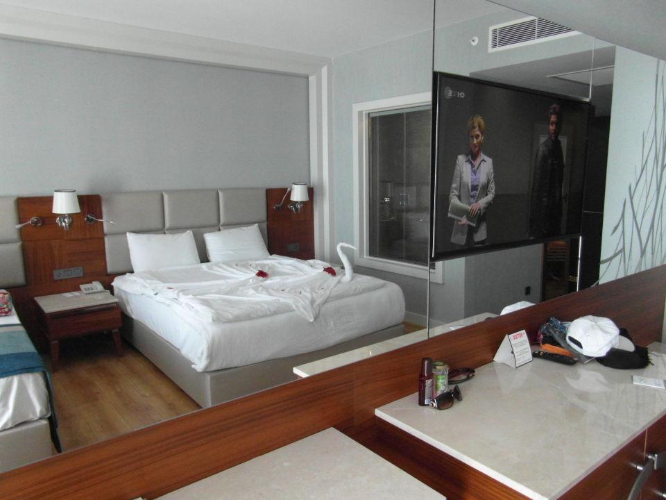 Großer Spiegel mit Fernseher.im Spiegelbild Doppe\