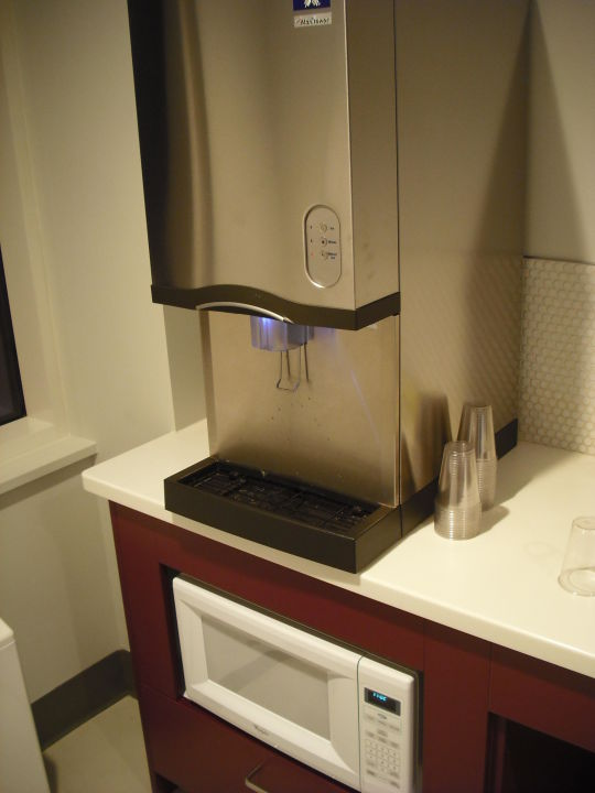 Wasser-/Eisautomat und Mikrowelle Hotel Yotel New York at Times Square West
