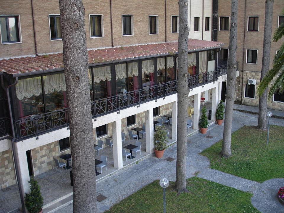 Blick vom Zimmer auf Restaurant und Garten Regal Park Hotel