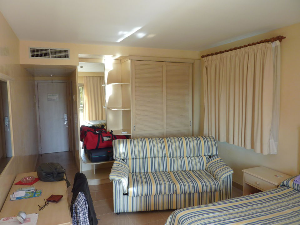 Zimmer Mit Einbauschrank Und 2 Fenster Hotel Pamplona Platja De