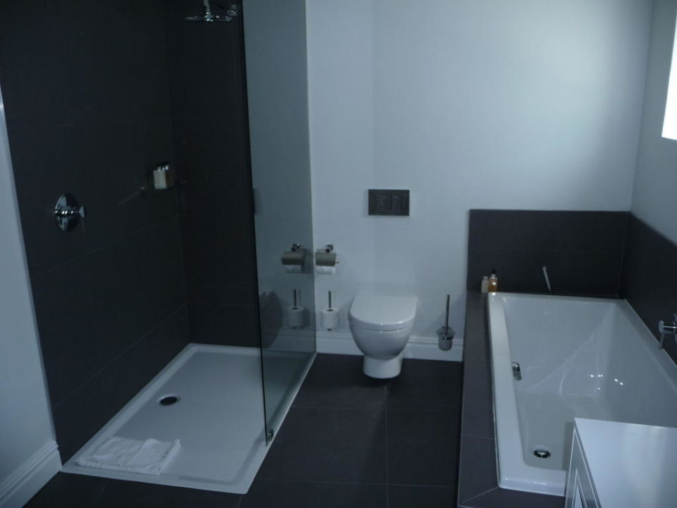 badewanne wc und dusche the three boutique hotel. Black Bedroom Furniture Sets. Home Design Ideas