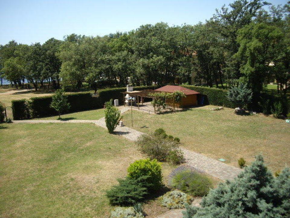 Ausblick vom Balkon in den Garten Apartments Monterol