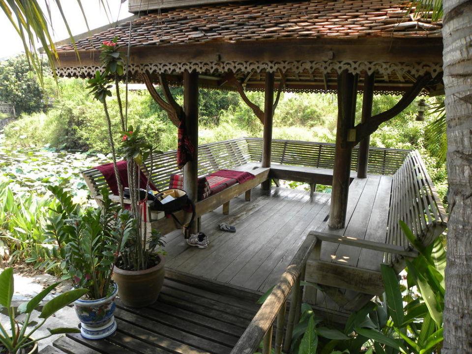 Terrassenhäuschen über dem Teich Baan Thai House