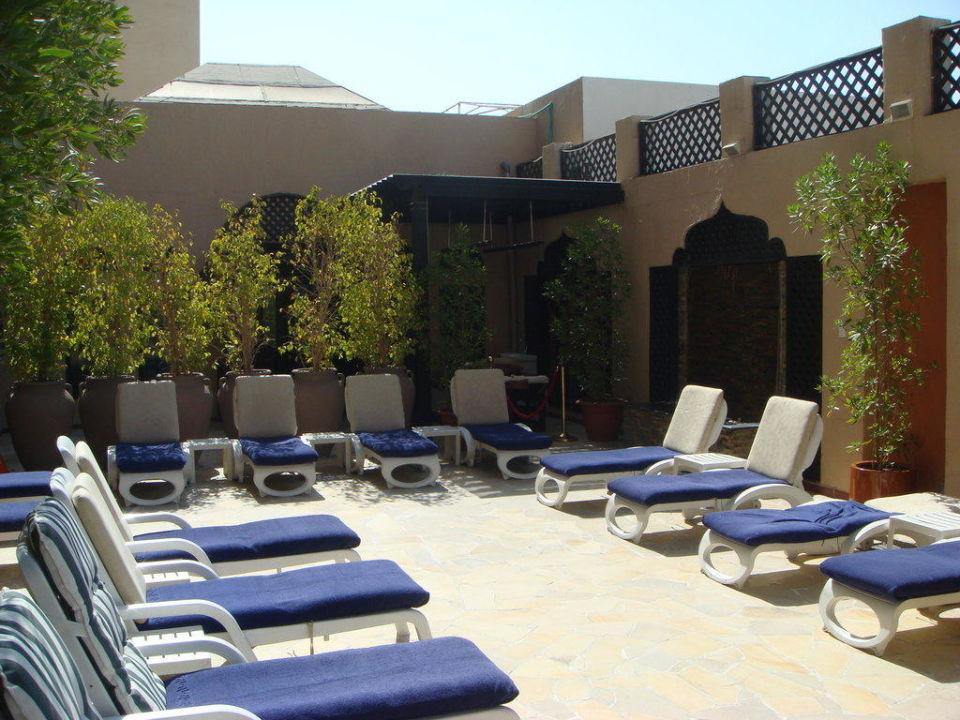 Liegebereich, dahinter Massagebereich Arabian Courtyard Hotel & Spa