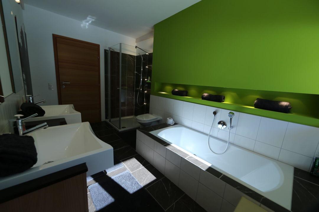 Badezimmer mit Badewanne, Dusche & WC\