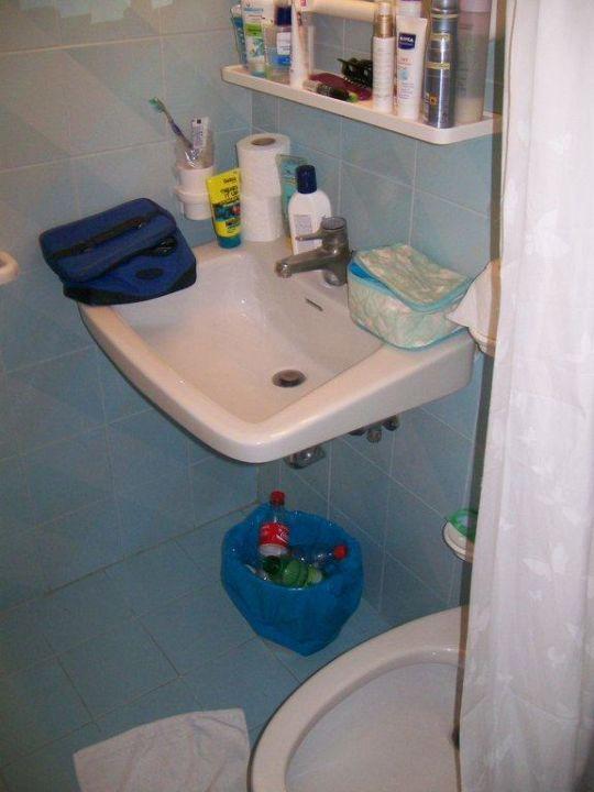 Blick aus der Dusche zum Waschbecken Hotel Canarie
