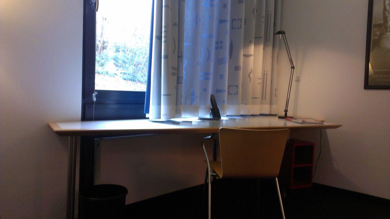 schreibtisch vor fenster zimmer im eg hotel dbb forum siebengebirge k nigswinter. Black Bedroom Furniture Sets. Home Design Ideas
