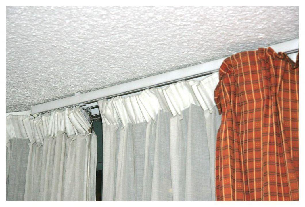 Doppelzimmer, Gardinenhalterung