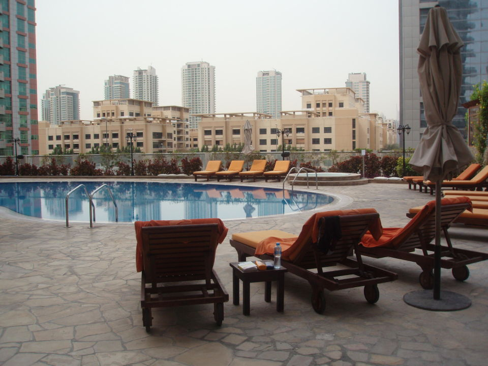 Sonnenseite des Pools TIME Oak Hotel & Suite