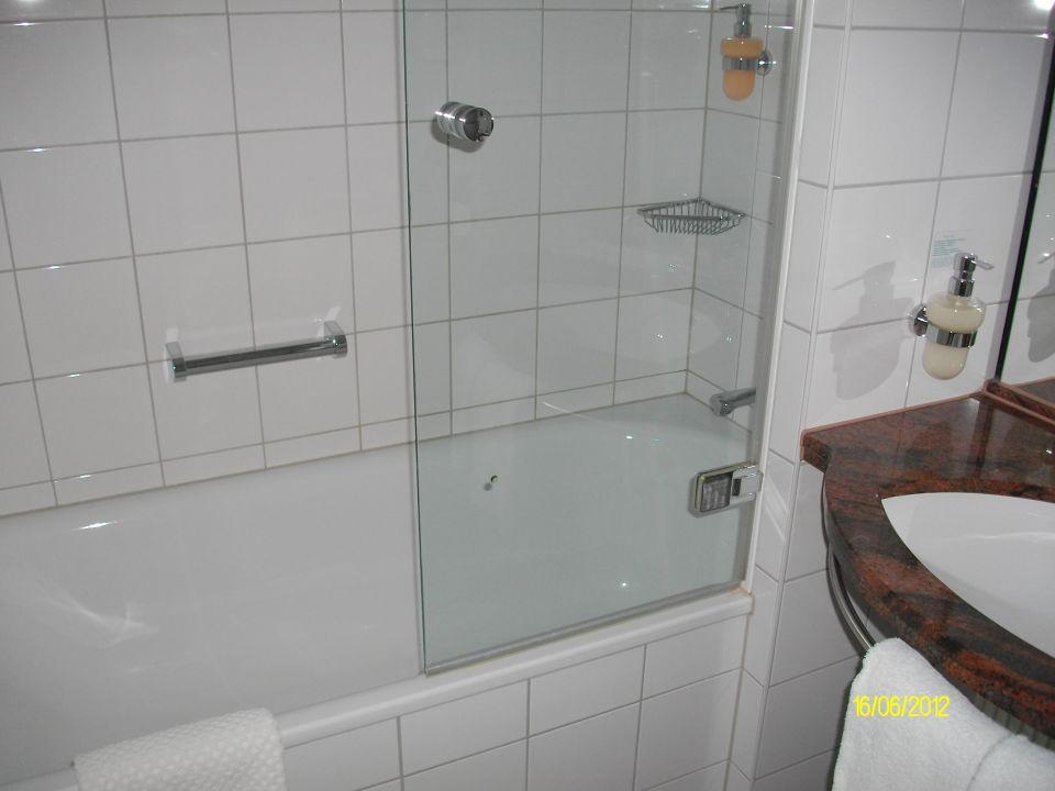 bild bad zu lindner hotel bayarena in leverkusen. Black Bedroom Furniture Sets. Home Design Ideas