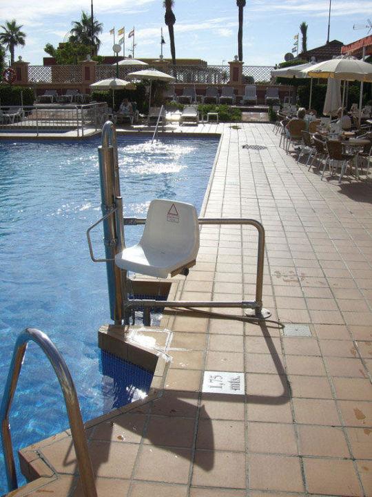 Der windschiefe Seniorenlift am Pool Hotel Riu Belplaya (Vorgänger-Hotel – existiert nicht mehr)