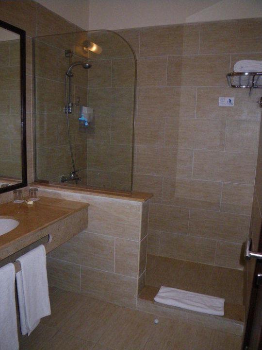 Eine Schone Grosse Dusche Mit Ausziehbarer Wascheleine Jaz