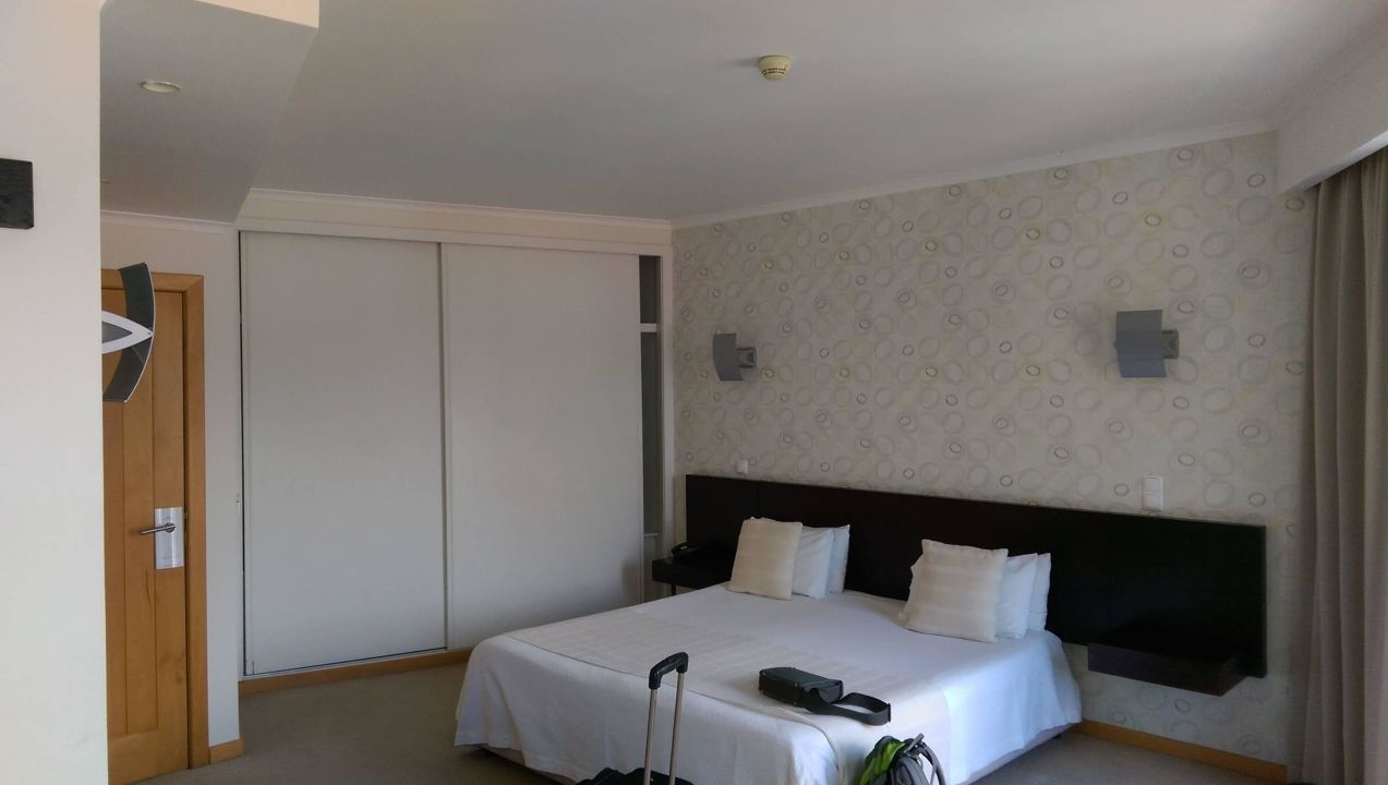 bett und kleiderschrank hotel white waters machico holidaycheck madeira portugal. Black Bedroom Furniture Sets. Home Design Ideas