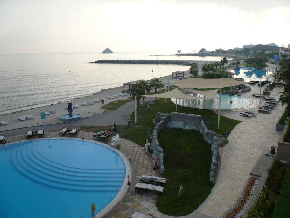 Pool vor dem 2 Gebäude Radisson Blu Resort Fujairah