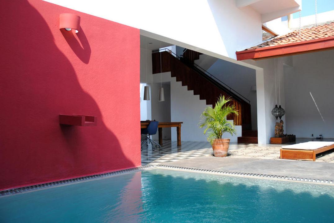 Pool and lounge area Los Patios Hotel Granada