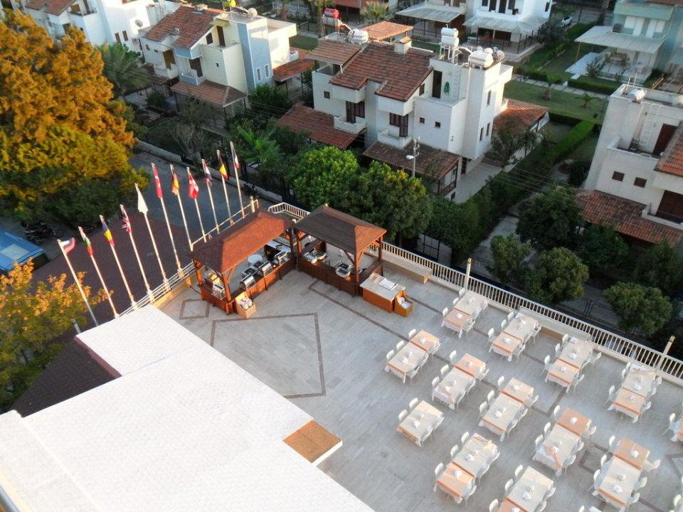Blick aus dem 5. Stock auf Restaurantterrasse Hotel Ephesia