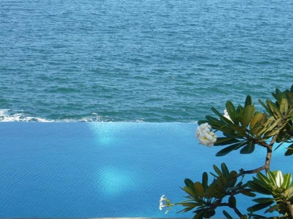 Basen wysoko na skarpie z widokiem na morze Hotel The Leela Kovalam Beach