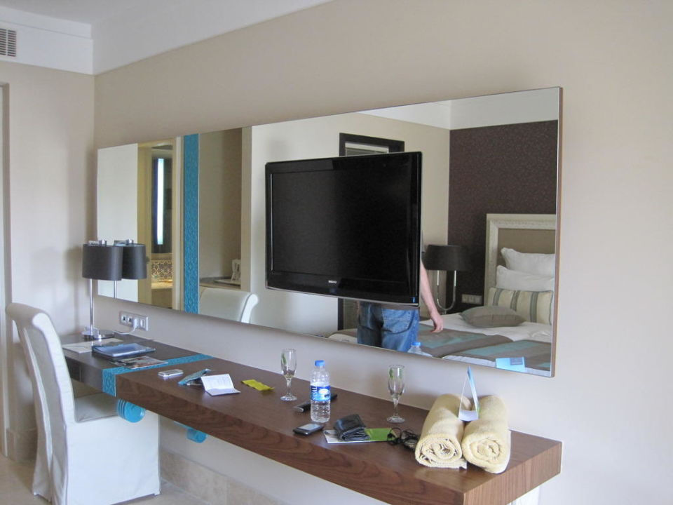 Flat-TV im Spiegel integriert\