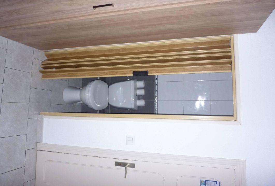 wc hinter faltt r im schrank h tel serenada algajola holidaycheck korsika frankreich. Black Bedroom Furniture Sets. Home Design Ideas