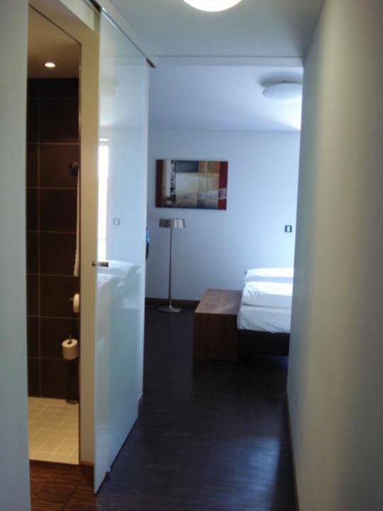 Moderne Tür zwischen Bad und Zimmer\
