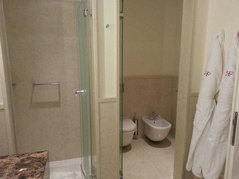 bad mit wanne und dusche wc abgetrennt rocco forte the charles hotel m nchen. Black Bedroom Furniture Sets. Home Design Ideas