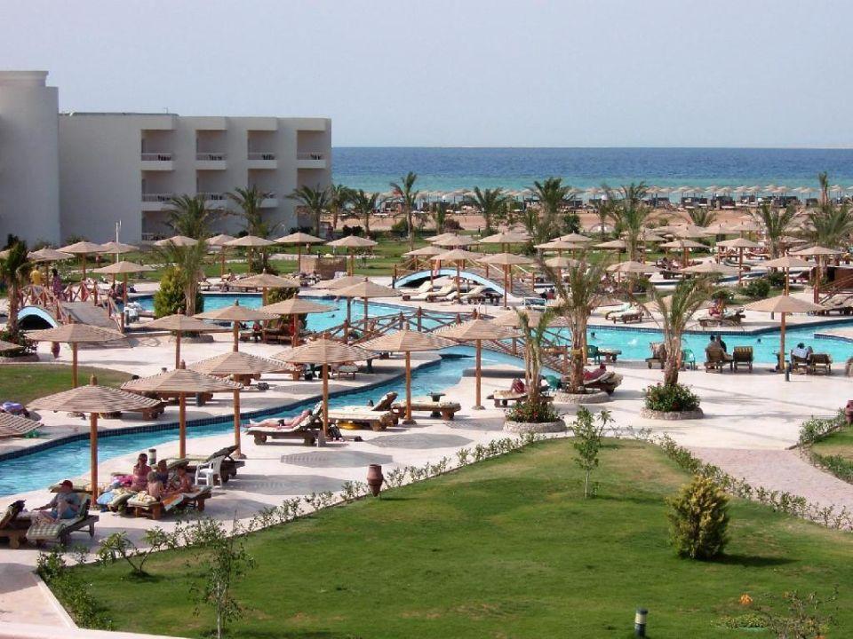 Blick über die Poolanlage zum Nordflügel Hurghada Long Beach Resort