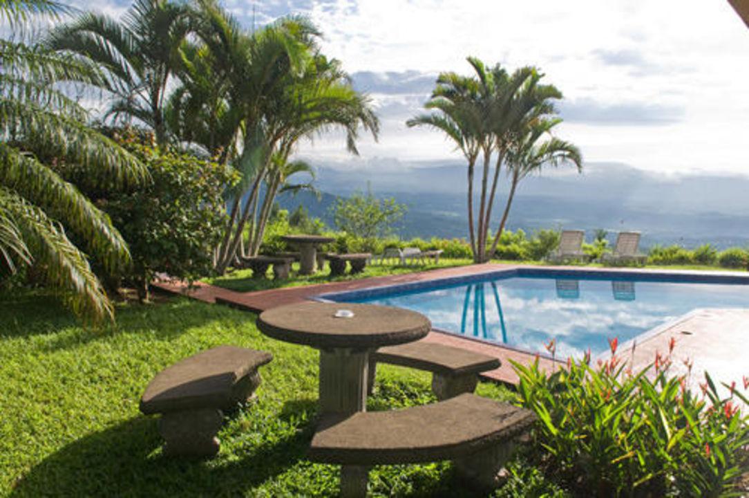 Garden and swimming pool Vista Atenas Bed & Breakfast