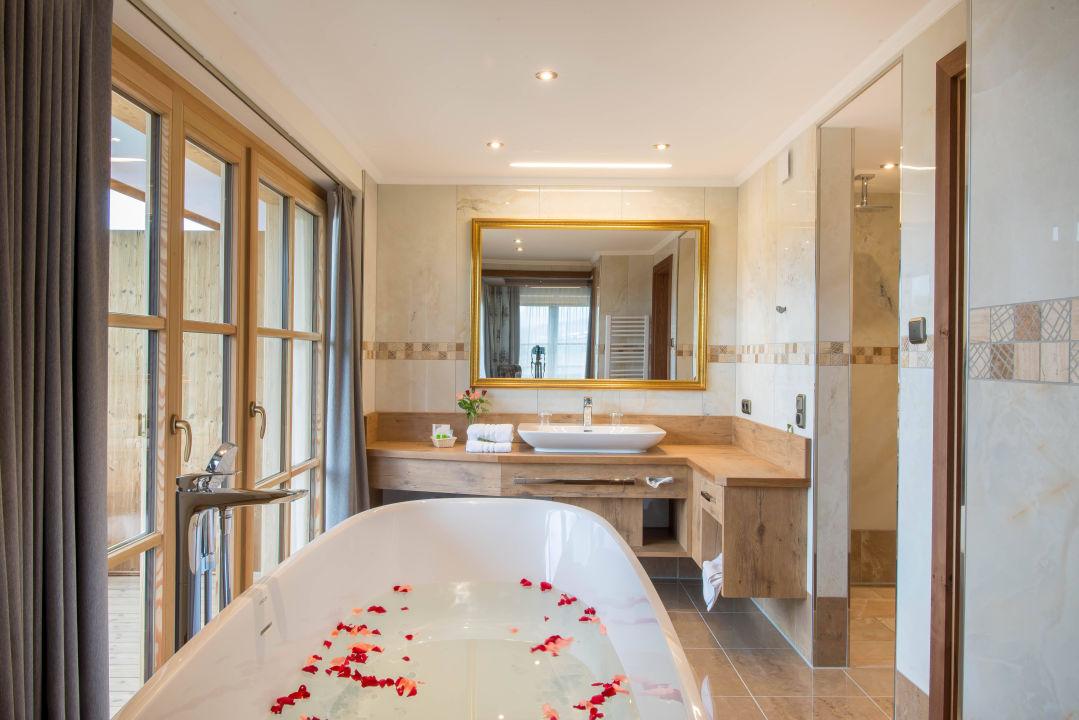 Badezimmer mit freistehender Badewanne\