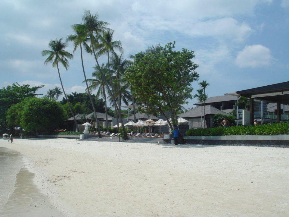 Blick auf`s Hotel vom Strand aus. Hotel Sareeraya Villas & Suites