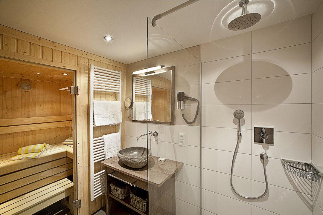 Badezimmer mit Sauna - bathroom with sauna\