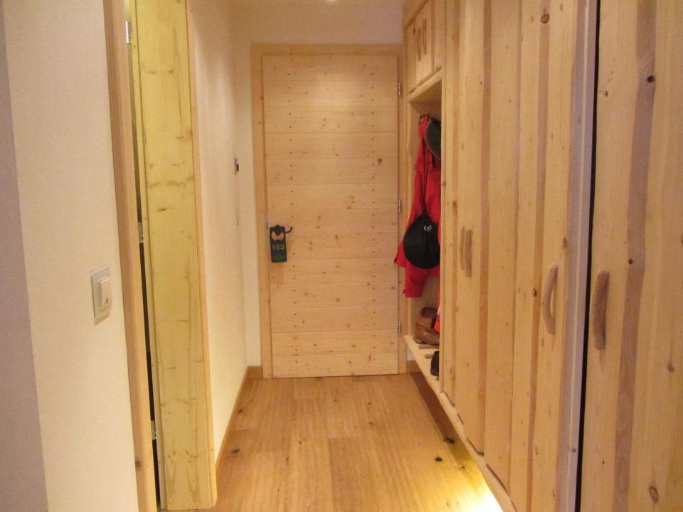 Der Eingangsflur des Zimmers mit großen Schränken Piz Seteur