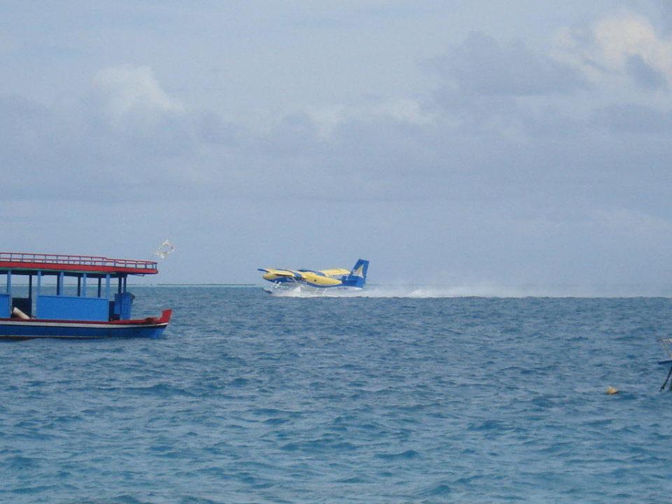 Wasserflugzeug beim Start Sun Aqua Vilu Reef Maldives