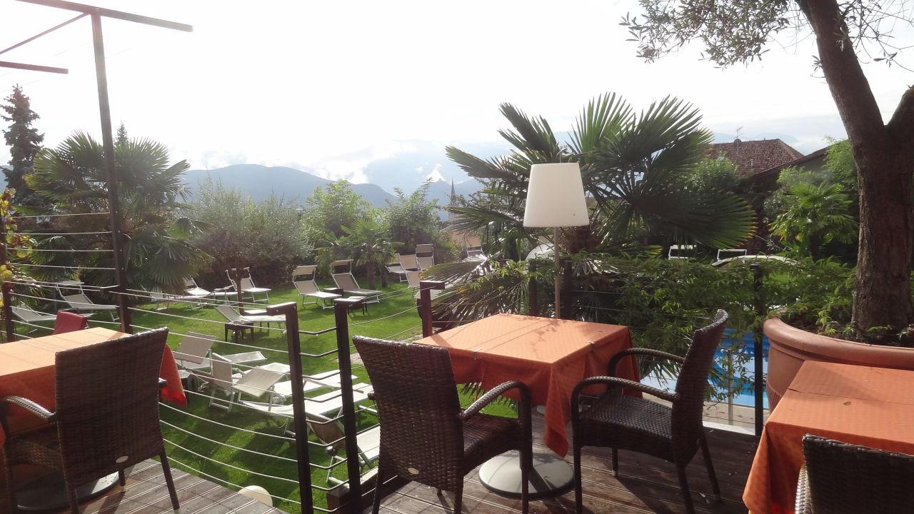 Gartenanlage von der terrasse das panorama designhotel for Designhotel italien