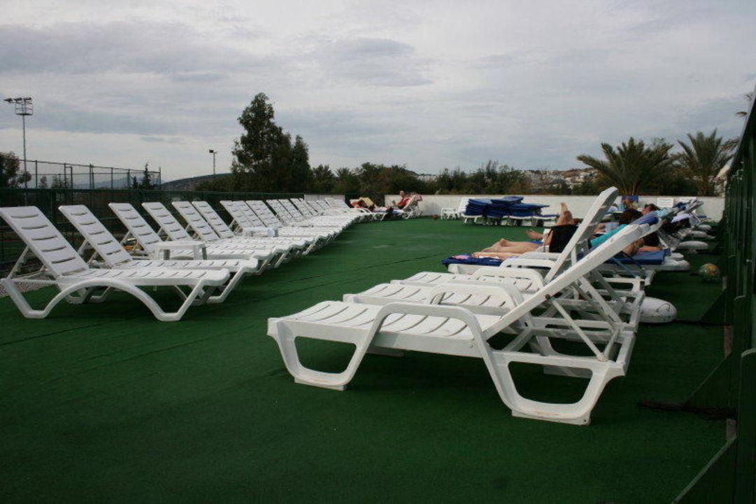 Liegen am Pool - auf einem Grasteppich aufgestellt Hotel Eken Resort